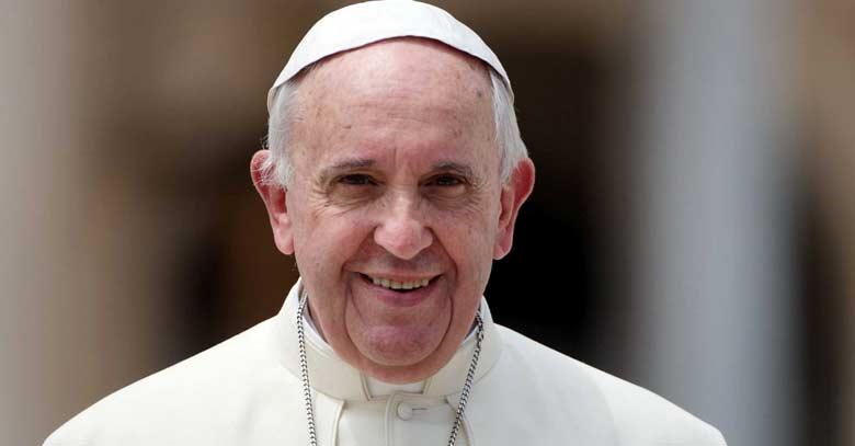 papa francisco mirando de frente a la camara sonriendo