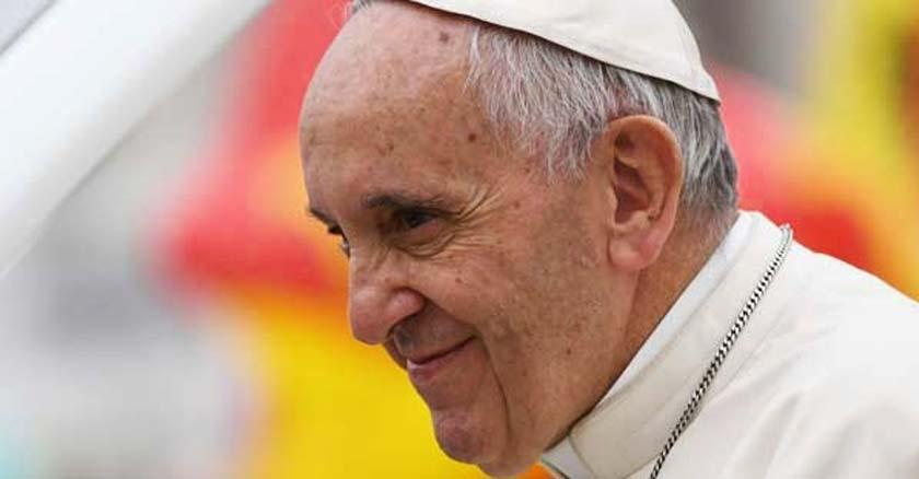 papa francisco mirando de perfi con sonrisa entre labios fondo colores