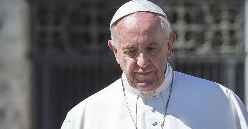 papa francisco mirando hacia abajo rostro triste