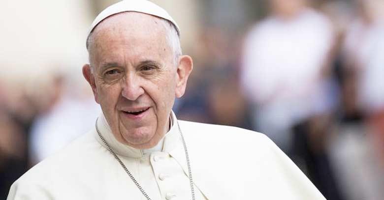 papa francisco mirando serio fondo personas