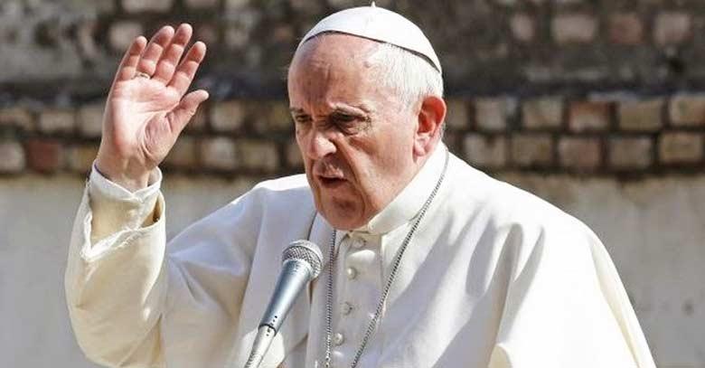papa francisco molesto levanta mano frente microfono fondo muro