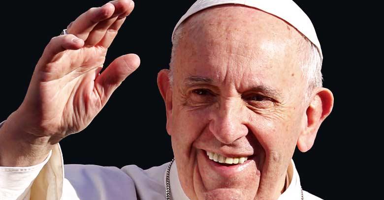 papa francisco rostro alegre sonriendo saluda mano arriba