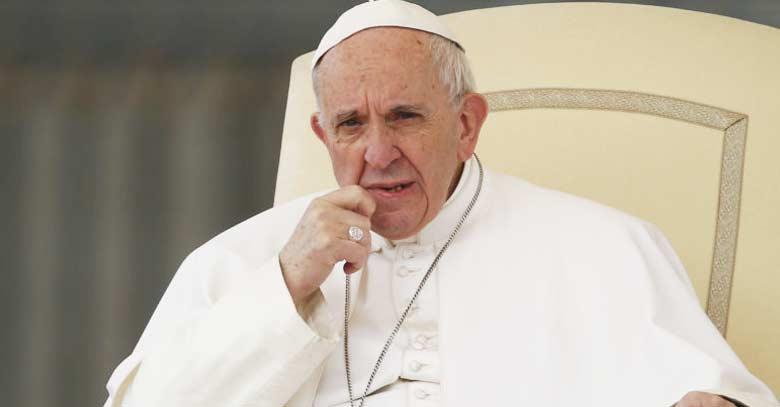 papa francisco rostro pensativo mano en la quijada