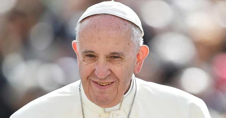 papa francisco rostro sonriendo fondo multitud