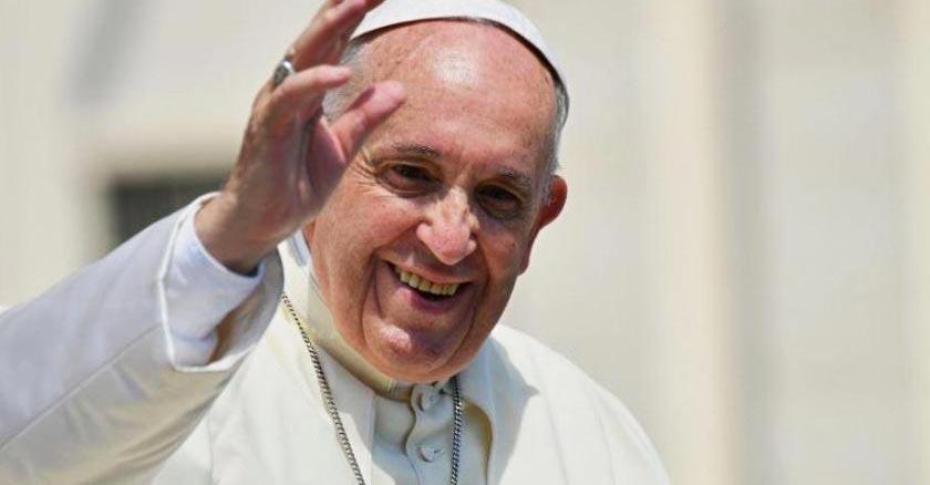 papa francisco saludando de frente con rostro alegre