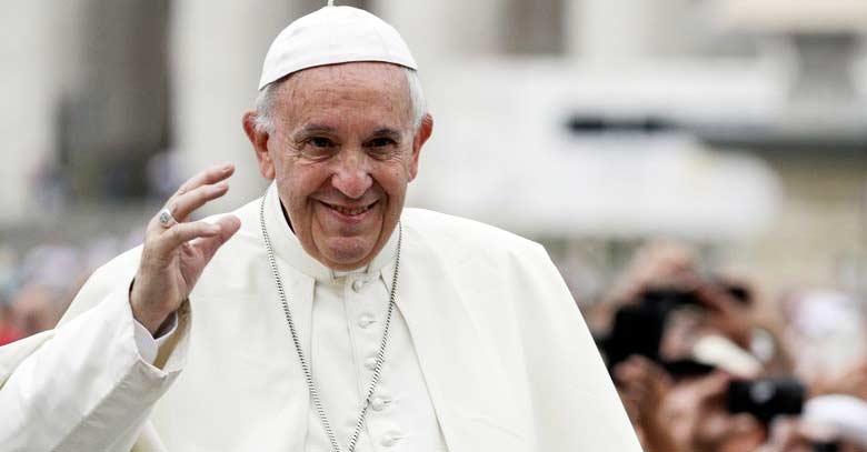 papa francisco saludando desde plaza de san pedro