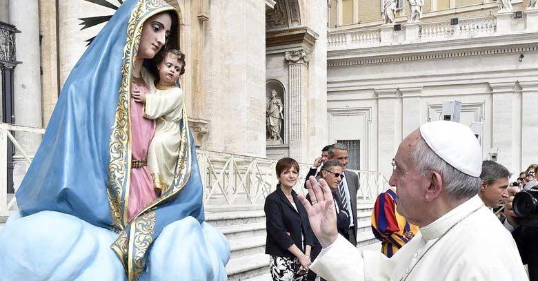 papa francisco saludando estatua virgen maria en vaticano plaza