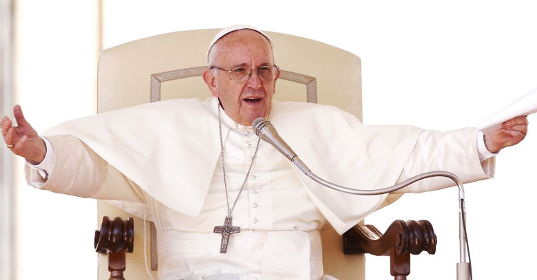 papa francisco sentado en silla papal brazos abiertos