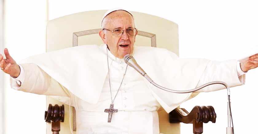 papa francisco sentado en silla papal brazos abiertos orar a Dios con insistencia