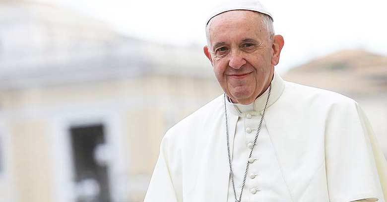 papa francisco sonrie a medias plaza de san pedro