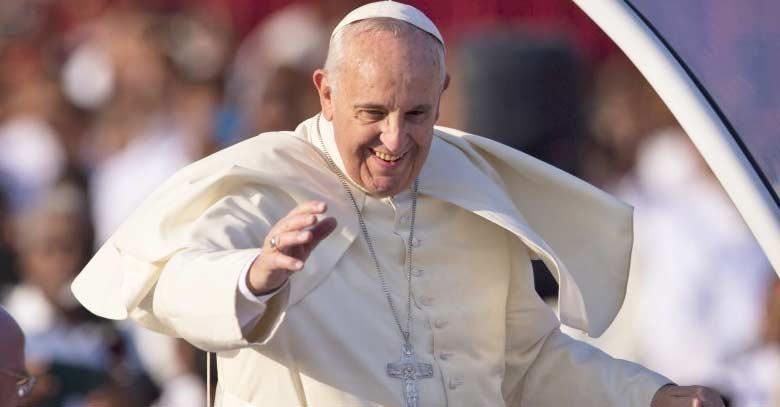 papa francisco sonrie desde papamovil levantado plaza san pedro