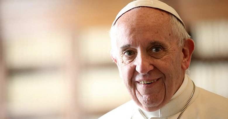 papa francisco sonrie fondo color crema oscuro