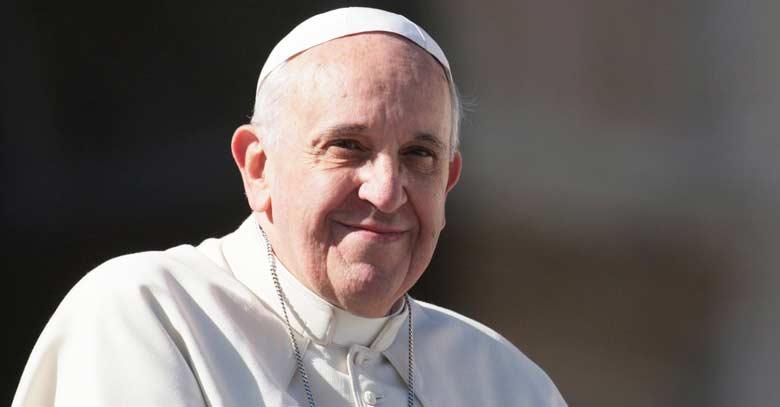 papa francisco sonrie fondo negro