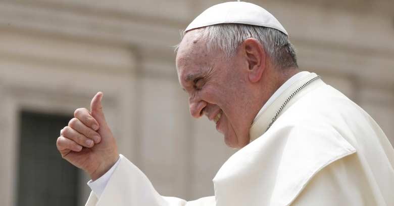 papa francisco sonrie levantando dedo pulgar senal de ok