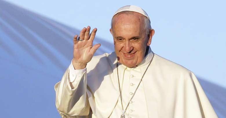 papa francisco sonrie y saluda fondo azul
