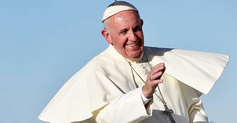 papa francisco sonrie y saluda fondo azul cielo