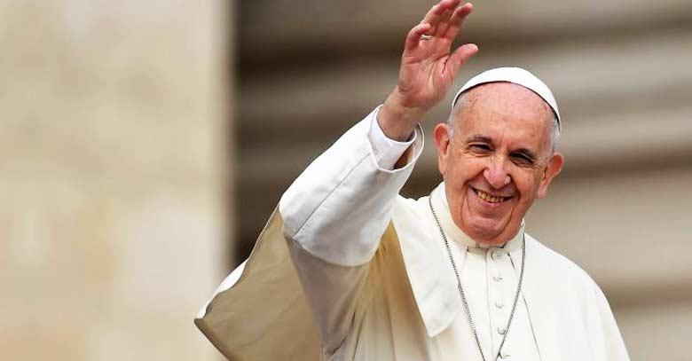 papa francisco sonriendo alegria levantando su mano alto