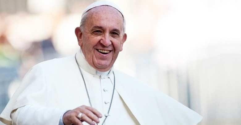papa francisco sonriendo feliz fondo claro