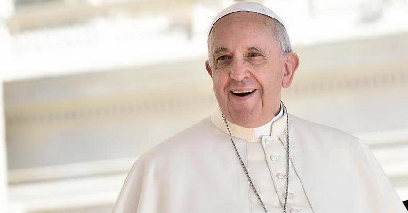 papa francisco sonriendo mirando alto