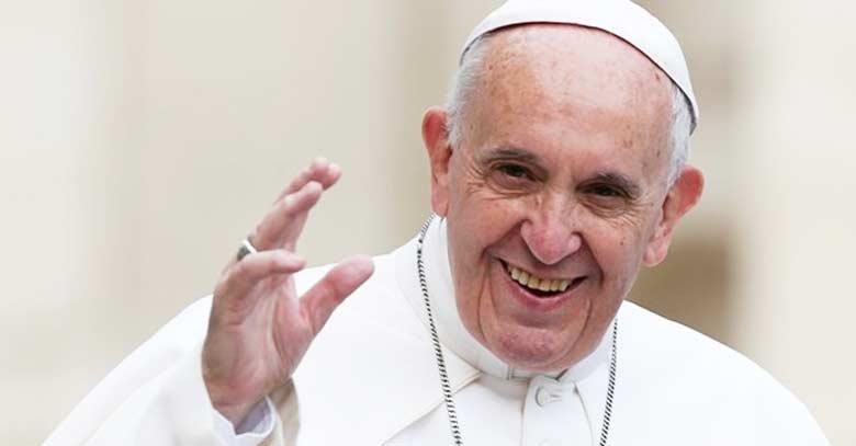 papa francisco sonriendo saludando brazo extendido