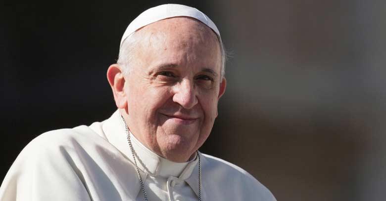 papa francisco sonrisa a medias fondo negro
