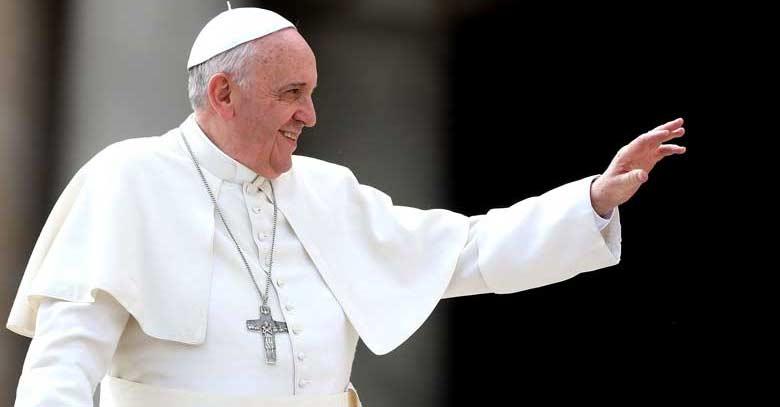 papa francisco sonrisa saludo mano alzada fondo negro