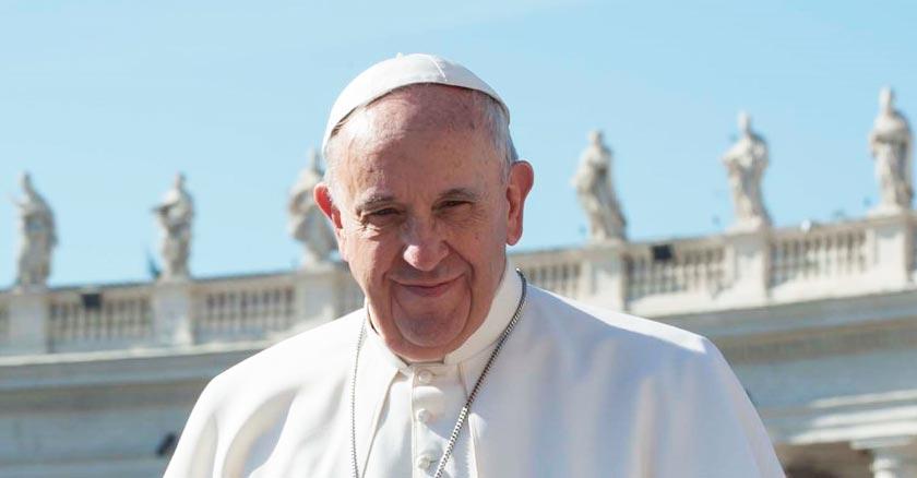 papa francisco sonrisa tierna fondo vaticano plaza cielo azul nubes