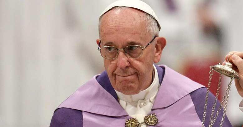 papa francisco vestiduras morada misa rostro serio