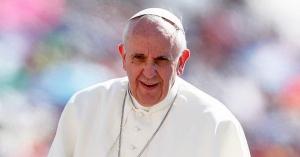 papa francisco caminando en plaza vaticano fondo personas colores