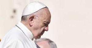 papa francisco caminando mirando hacia abajo rostro de perfil
