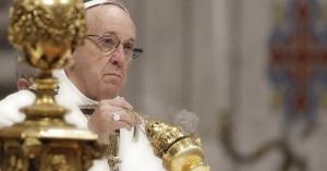 papa francisco con incienso en la mano santa misa sobre el altar