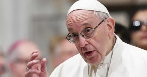 papa francisco con lentes dando mensaje