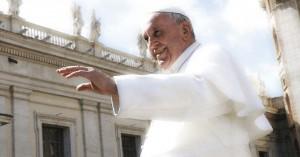 papa francisco levanta su mano para saludar fondo plaza de san pedro cielo azul nubes