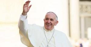 papa francisco levantando su mano saludando y sonriendo mucho