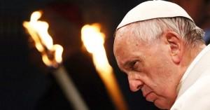 papa francisco rostro serio fuego de fondo