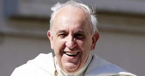 papa francisco sin solideo sonriendo de frente