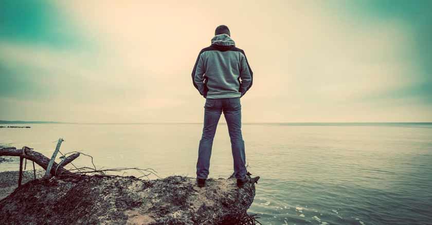 conversando con el amor hombre mirando mar horizonte muestrame tu rostro tu presencia