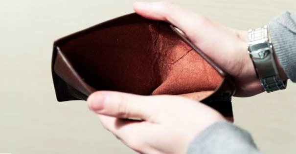 billetera hombre vacia sin dinero