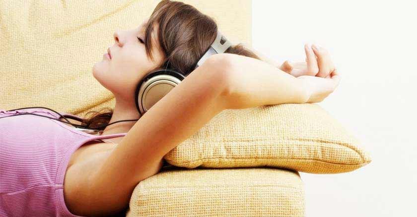 mujer escuchando musica audifonos cancion milagrosa puede reducir la ansiedad