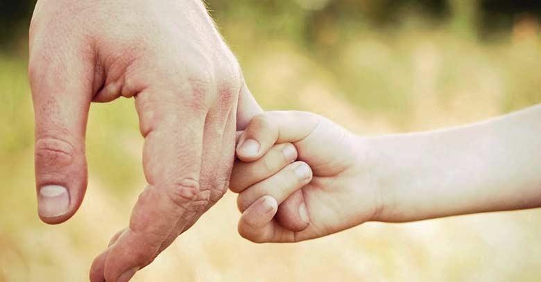 nino toma dedos mano papa padre fondo parque verde