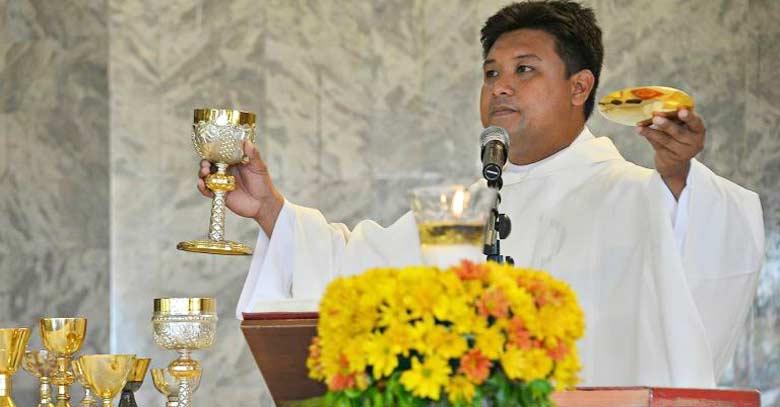 padre mark ventura sacerdote filipinas celebrando santa misa