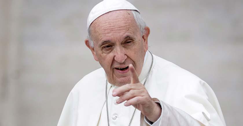 papa francisco apuntado con un dedo levanta su mano fondo vaticano
