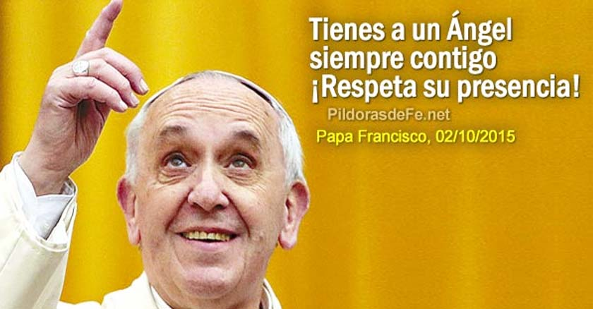 papa francisco apuntando hacia arriba apunta al cielo con su dedo fondo amarillo