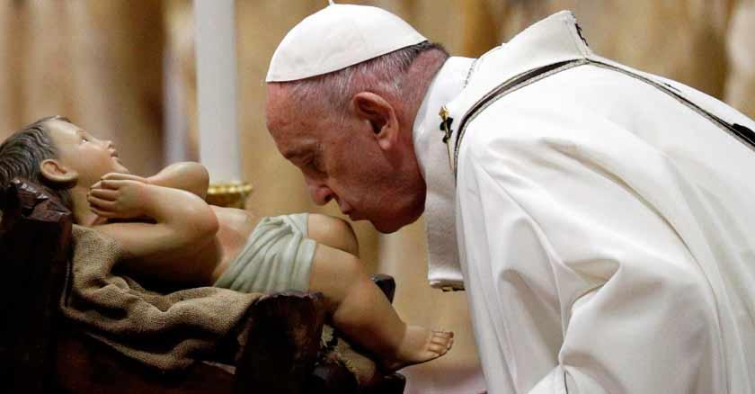 papa-francisco-besando-nino-jesus-la-navidad-nos-recuerda-que-somos-amados.jpg