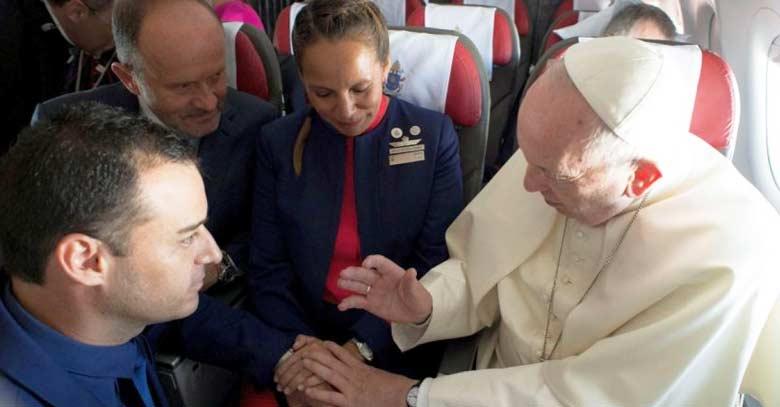 papa francisco celebrando matrimonio en avion papal toma esposos de la mano
