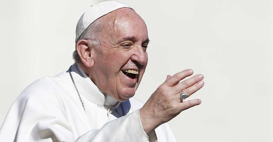 papa francisco con una gran sonrisa fondo claro