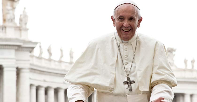papa-francisco-con-una-gran-sonrisa-fondo-plaza-de-san-pedro-en-vaticano.jpg