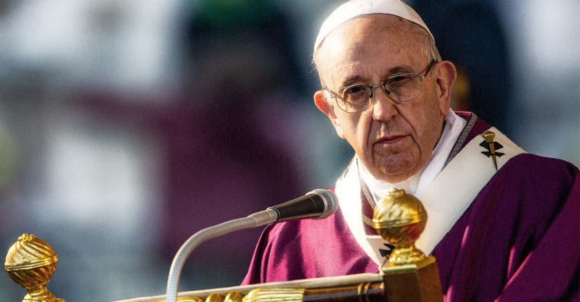 papa francisco con vestimenta sacerdotal morada mirando con rostro serio