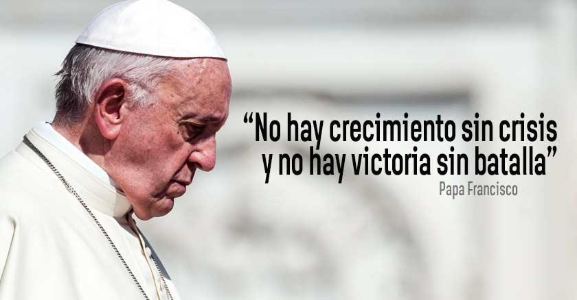 papa francisco de perfil muy serio mirando hacia abajo fondo claro no hay crecimiento sin crisis