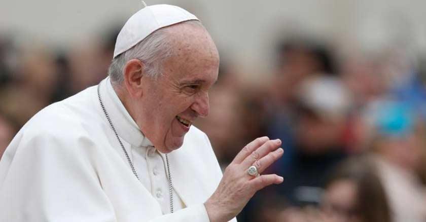 papa francisco entre multitud plaza de san pedro saluda sonrie